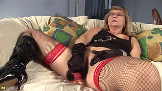Rosi is a kinky lady with glasses in need of an orgasm