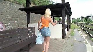 Op het stationsperron neukt hij de blondine in haar kutje.