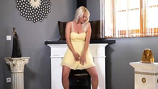 Wicked czech girl gapes her narrow slit to the extreme