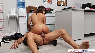 Lovely babe Isabella Nice is actually happy to get her wet pussy fucked
