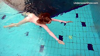 Nice swimming babe Simonna gets naked under the water