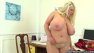 Big boobed bbw milf kiki rainbow works her fanny on toilet