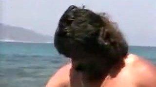 Mec barbu baise une thailandaise au bord de la mer