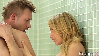 Kinky Bill Bailey pleases seductive blond lady Mia with steamy cunnilingus in the shower