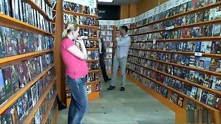 Marie wil nog snel een dvd uitzoeken maar de zaak is gesloten