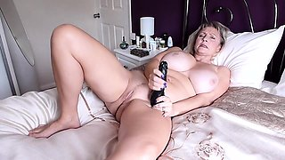 MILF toys her pussy till orgasm on cam