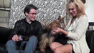 Une belle cougar blonde en tenue sexy se fait baiser par un jeune invité ayant un gros calibre dans sa maison