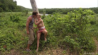 Skilled chick Tarra White pleases a friend on the ground