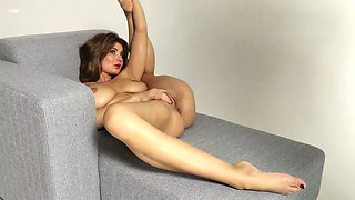 Sensual leggy gymnast Lucy performs her captivating smooth pussy
