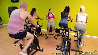 Tattooed chick Rachel Starr gets talked into fucking in the gym