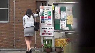 Fetish asian whore peeing in alleyway